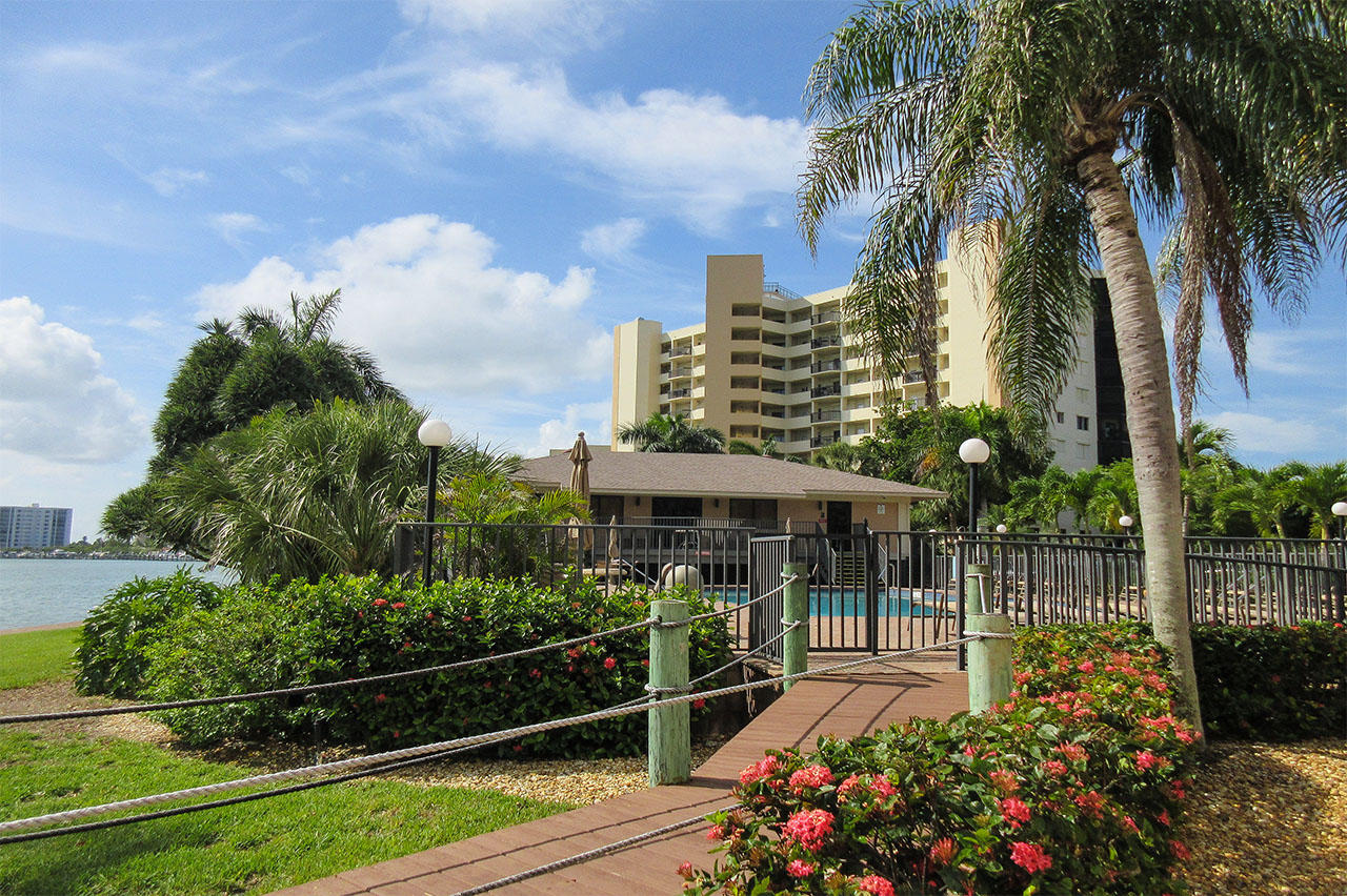 Harbour Pointe Resort Condominiums - Amenities include a Pool House with Huge Social Room and Bathrooms, Outdoor Tables with Umbrellas and BBQs