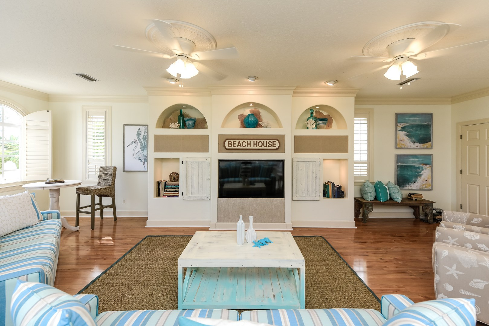 Expansive Living Room w/ Great Built In Entertainment Center