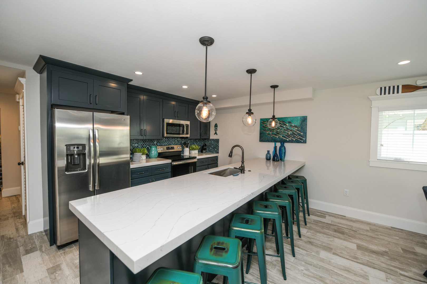 Full Kitchen with Island Bar Top for Dining