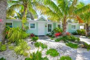 Private Pool - Sleeps 8 - 1/2 block to Beach and Village