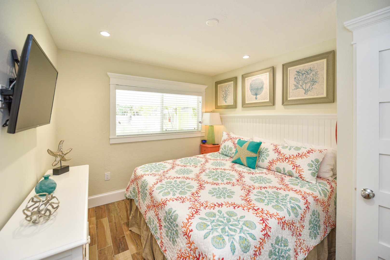 Large HDTV in Beautiful Newly Remodeled 1 Bedroom Suite