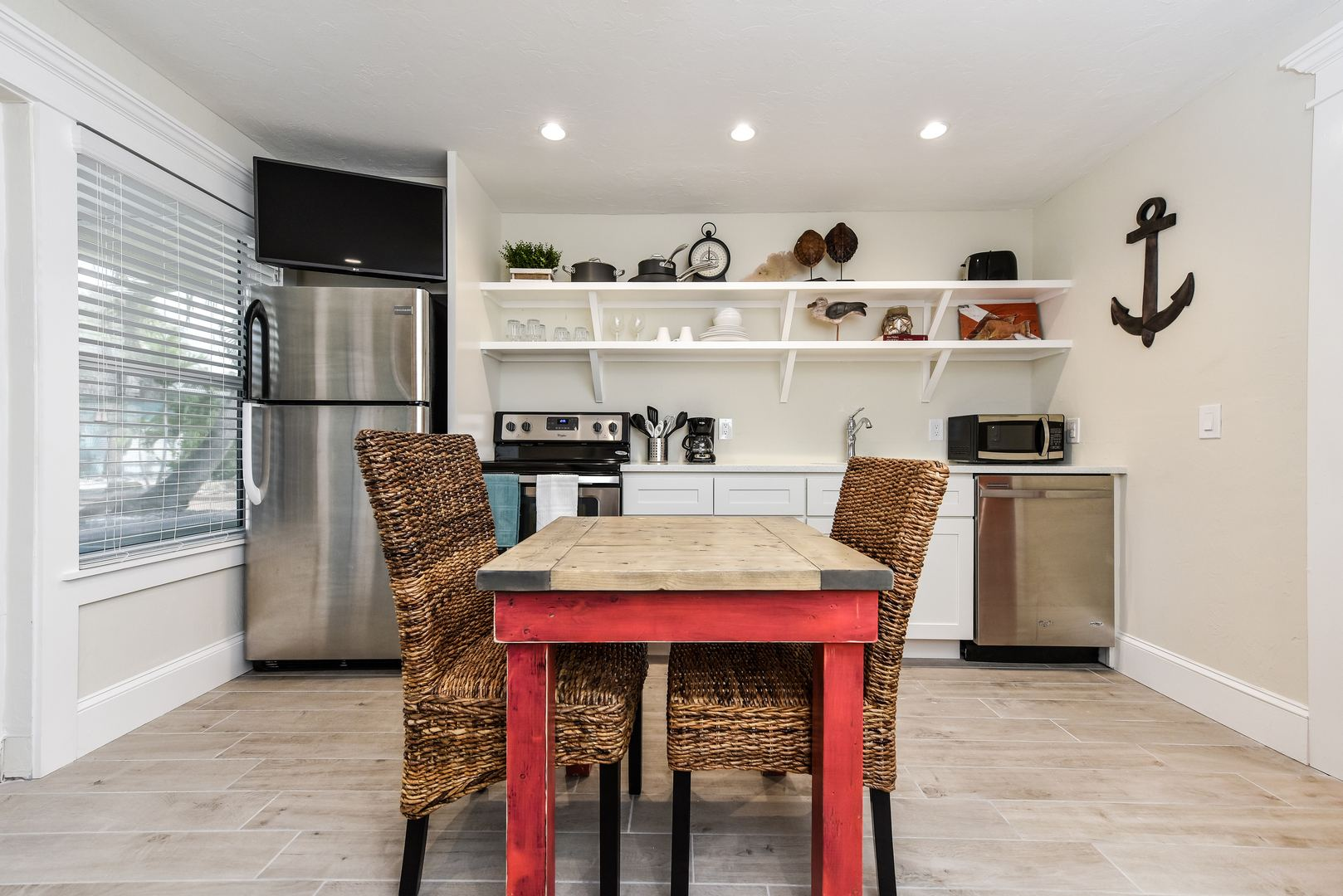 Full Kitchen with separate Dining Table