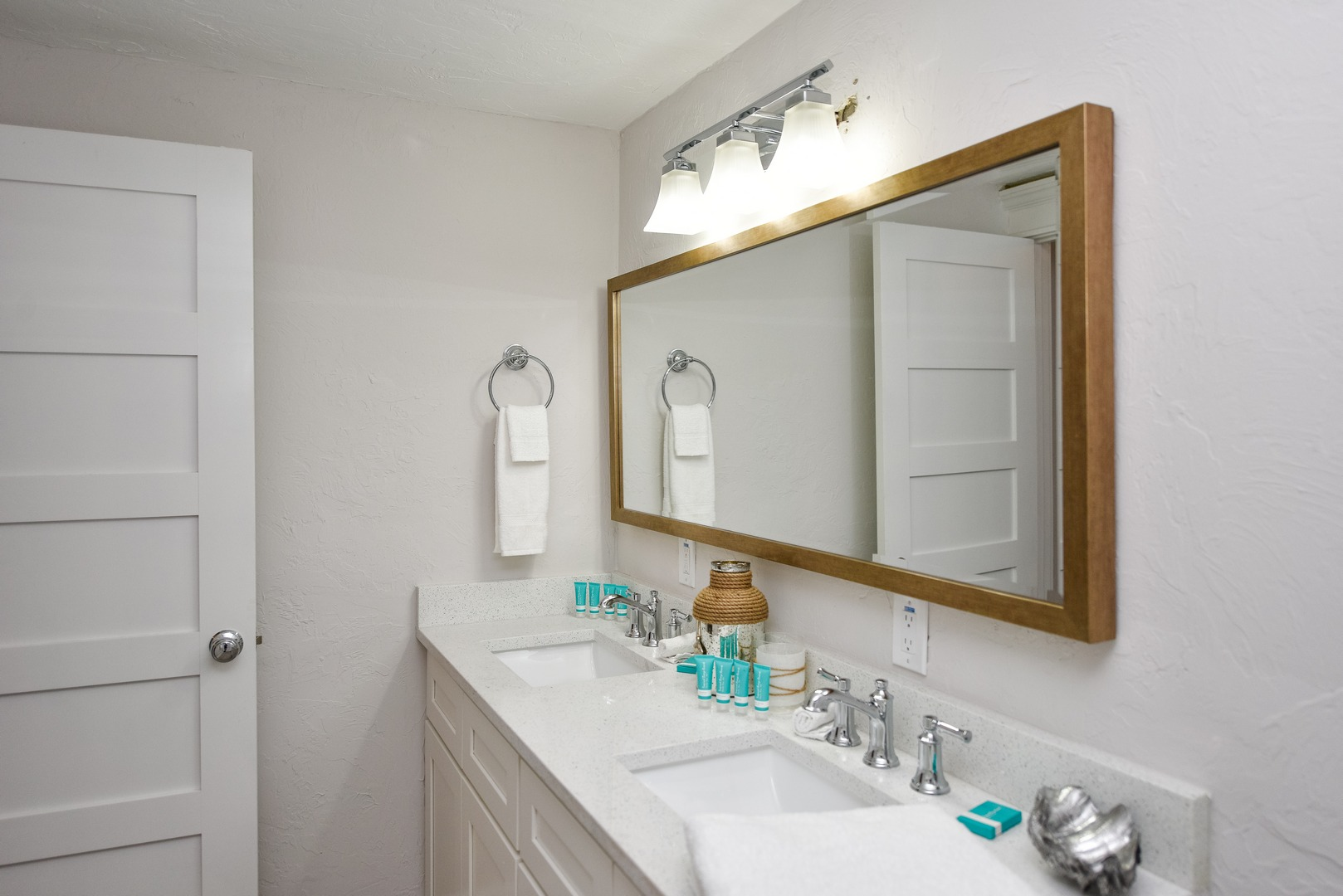 Dual Sink Vanity is a nice touch in the bath