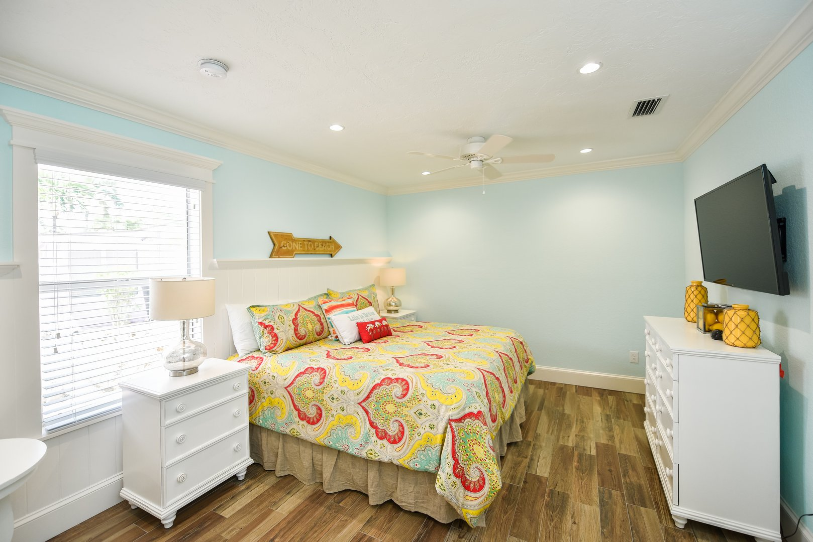 King Bed with Large HDTV - Pet Friendly