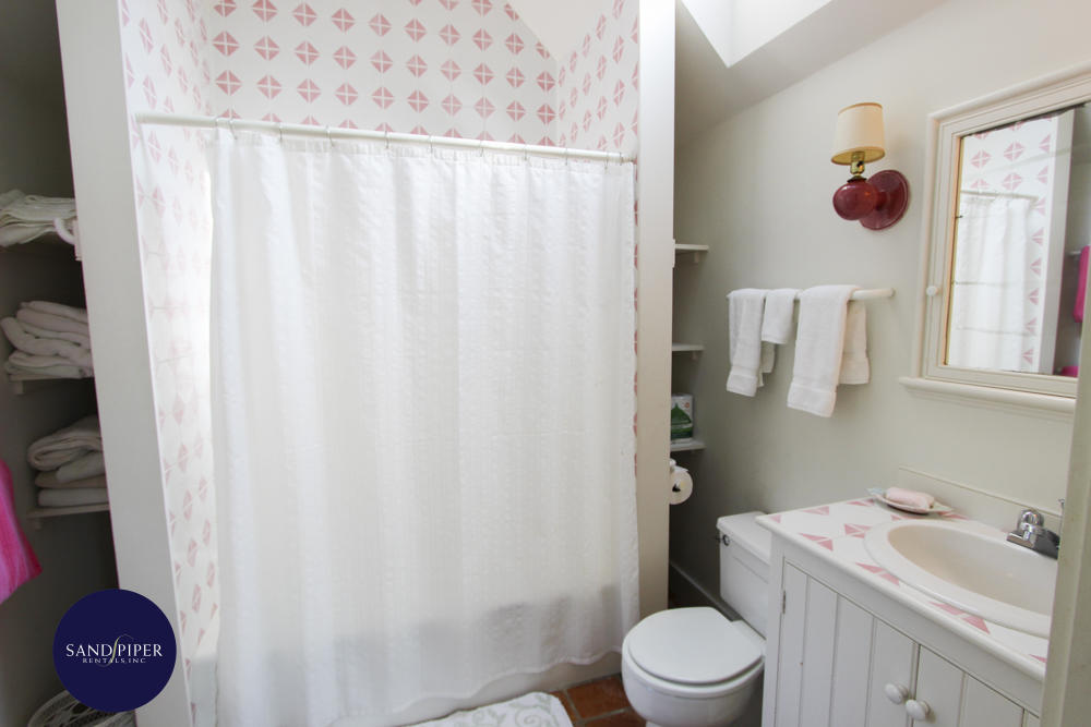 BR1 bathroom tub and shower