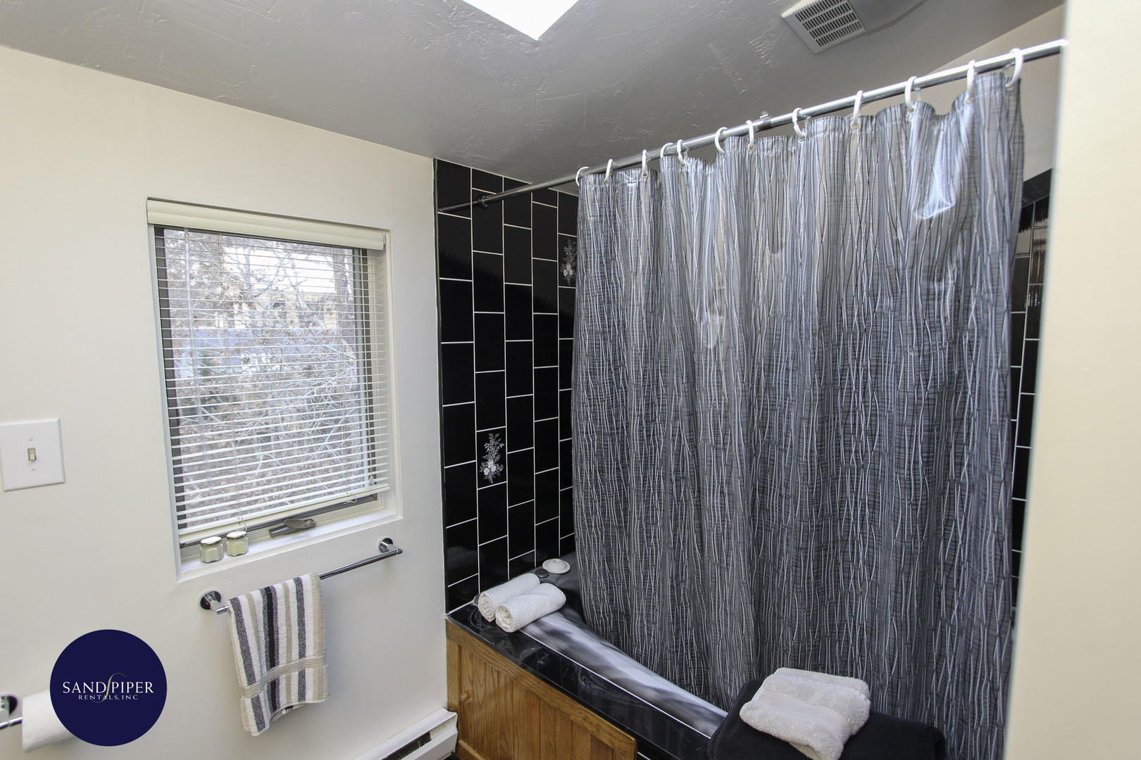 BR1 Bathroom tub and shower upper level