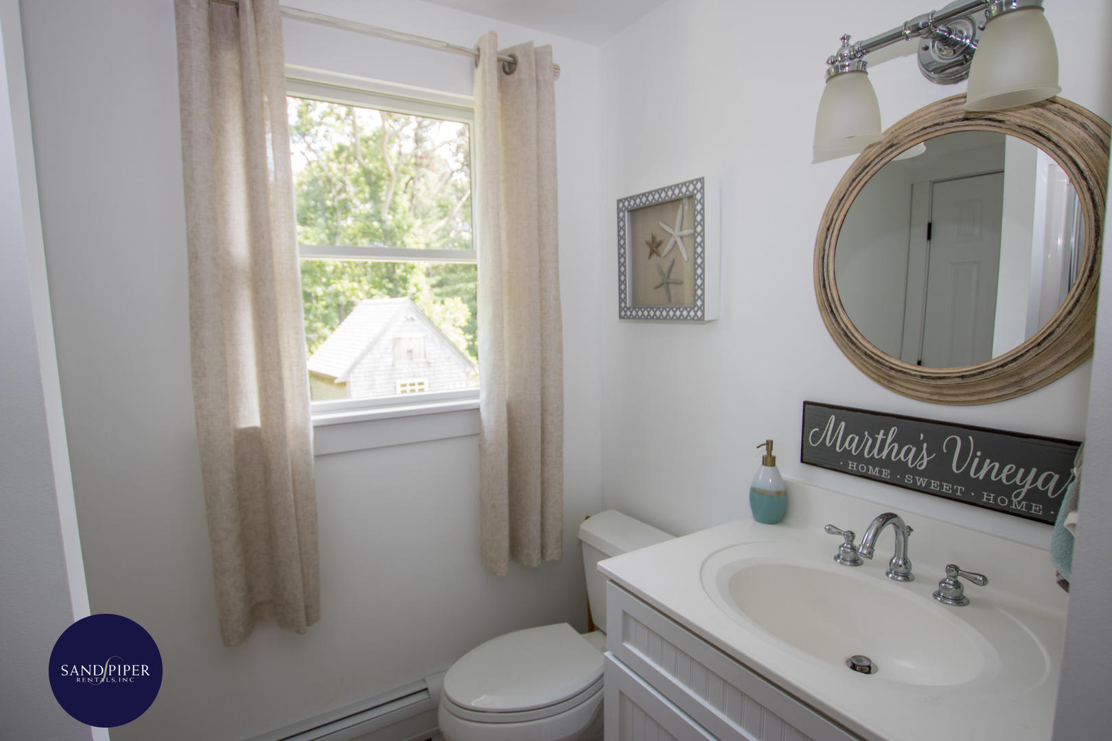 Hall bathroom tub and shower with access to BR1