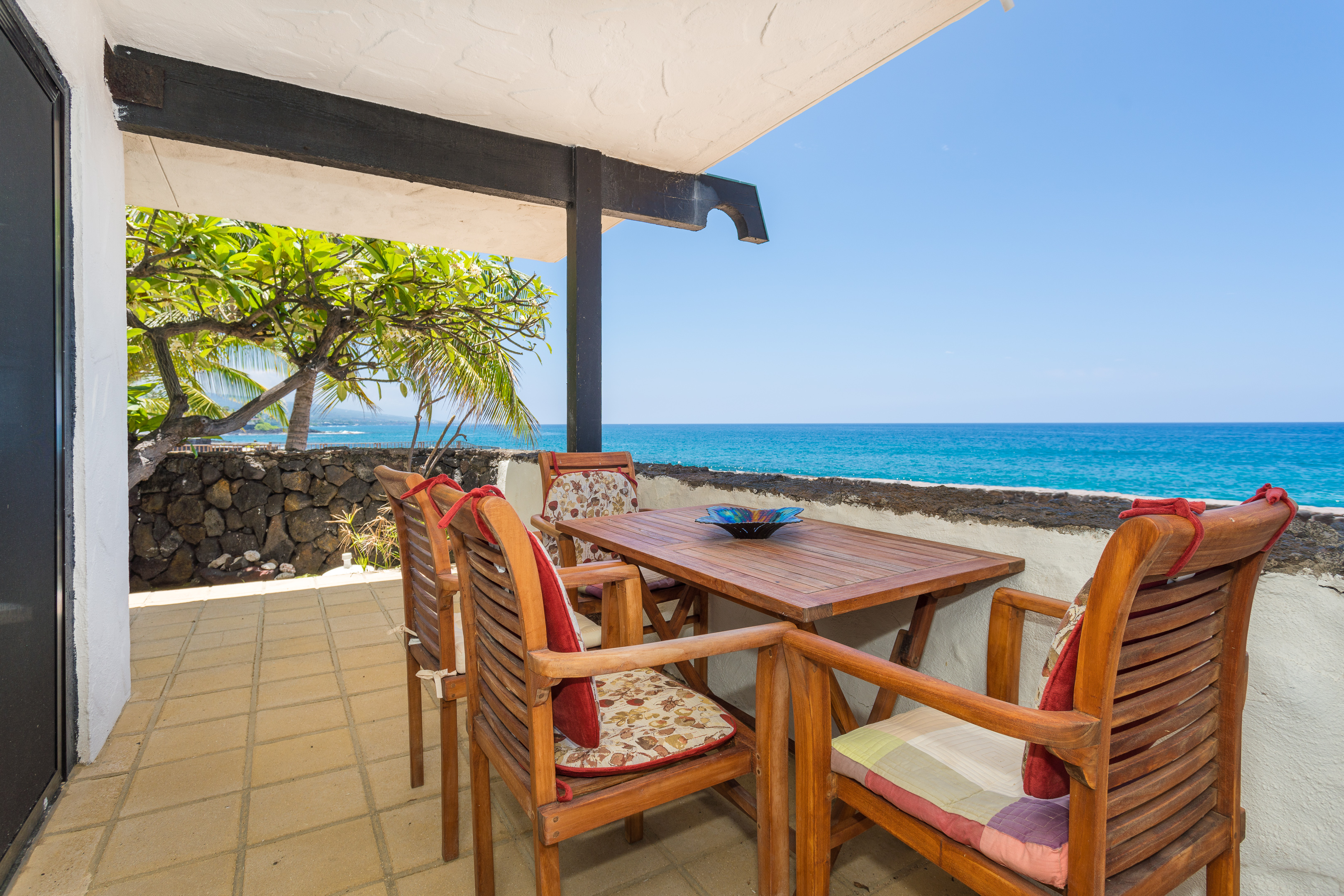 Kailua Kona oceanfront vacation rental with oceanfront pool and 2 bedrooms