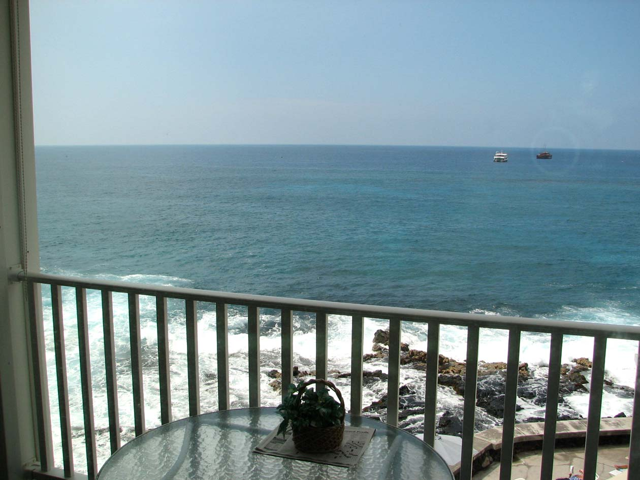 Oceanfront views of the bay from your lanai where spinner dolphin play.