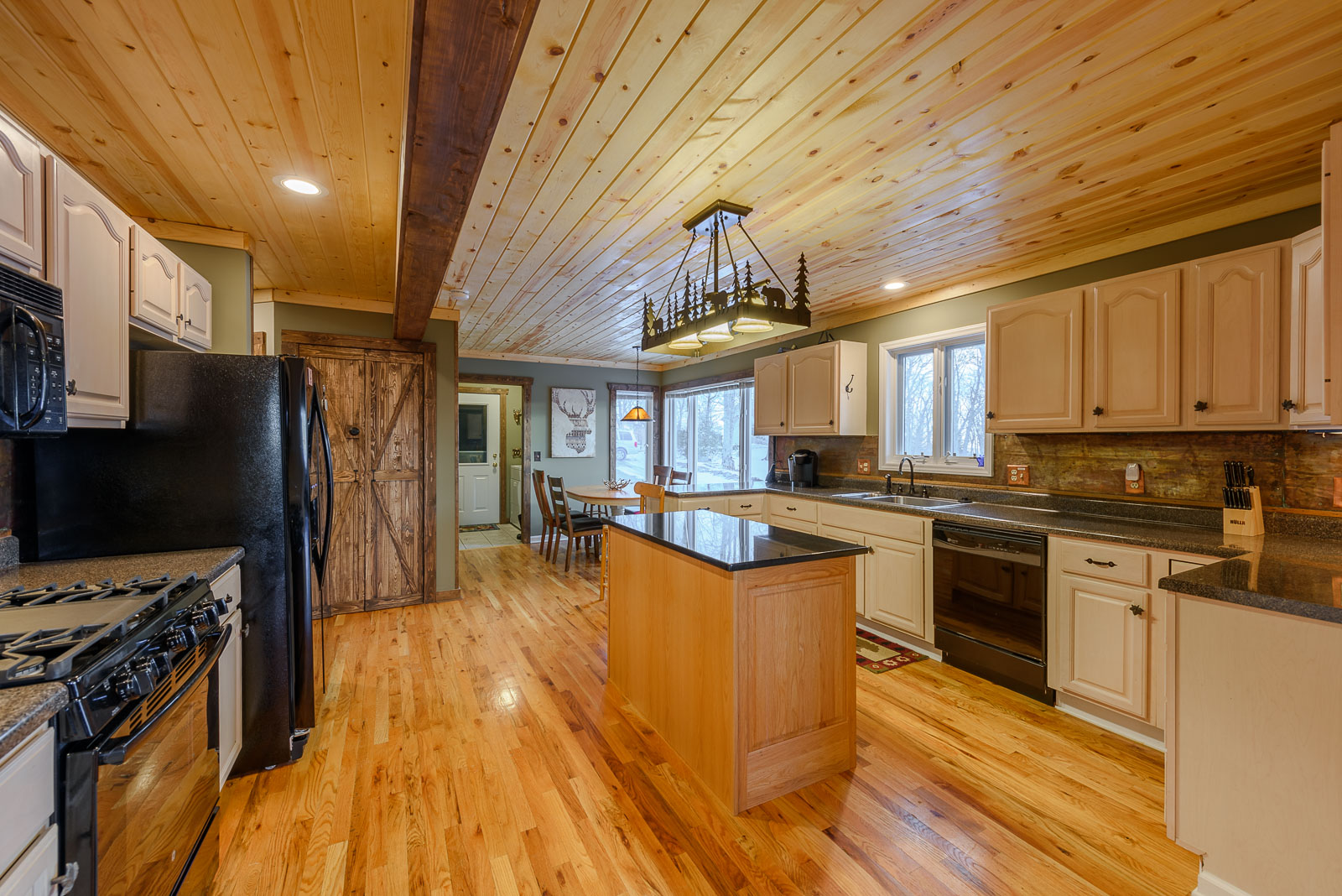 Large Kitchen with Gas Cooktop
