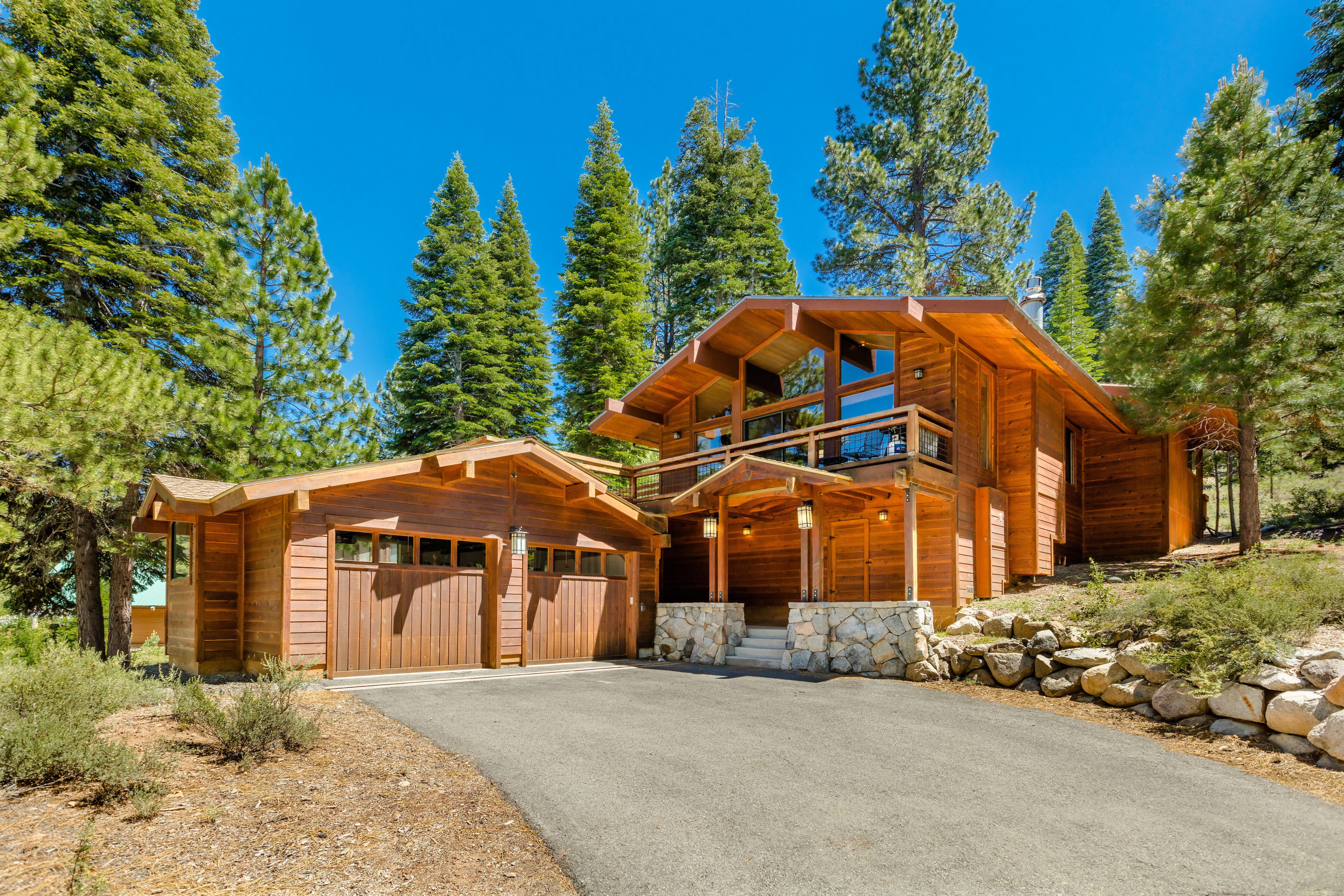Truckee vacation home on shuttle route to Northstar with 4 bedrooms Sleeps 8
