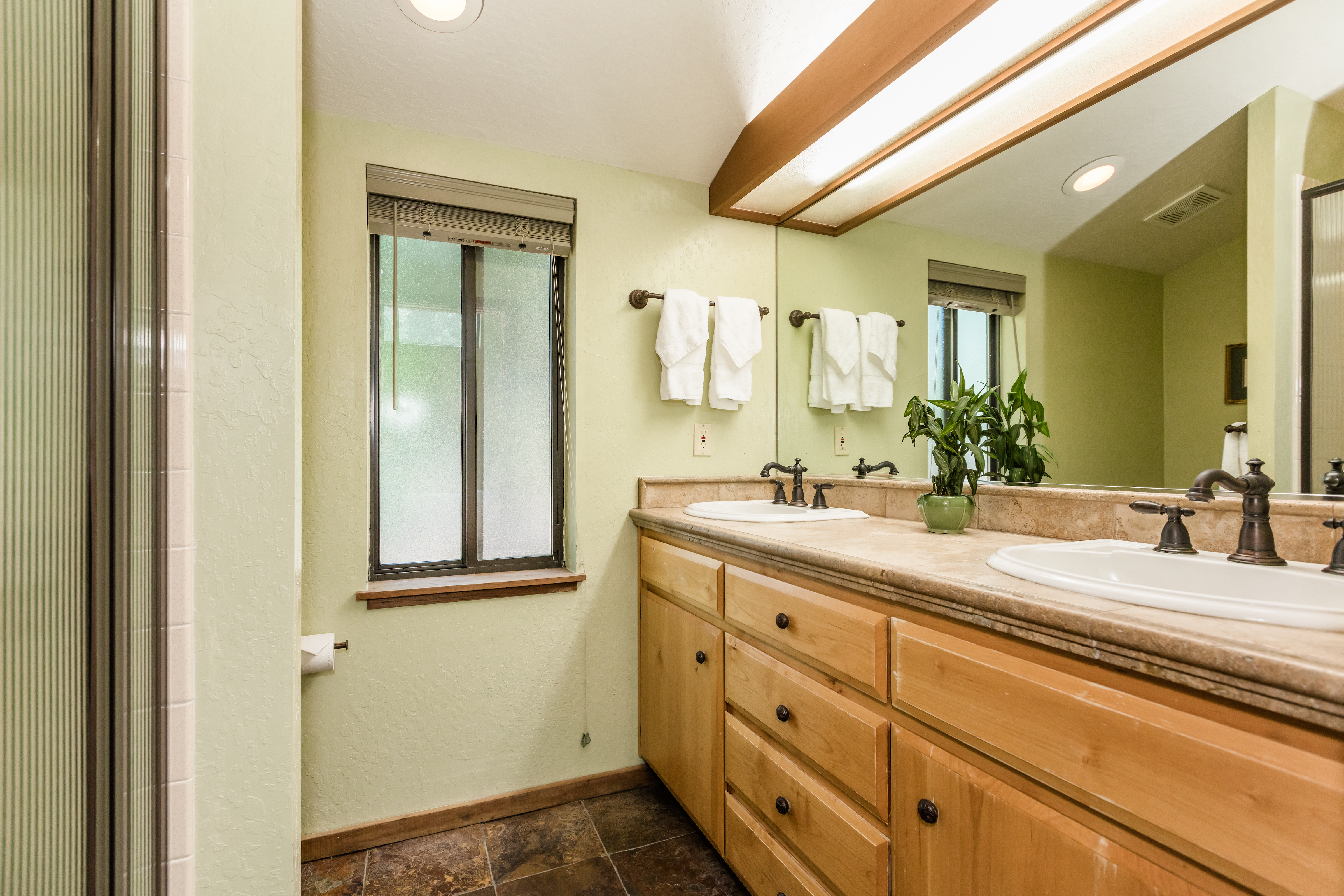 Master bath w/double sinks and a stand up shower