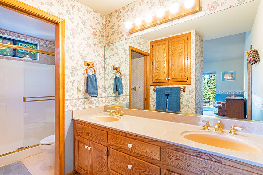 En suite bath w/double sinks and stand up shower w/bench