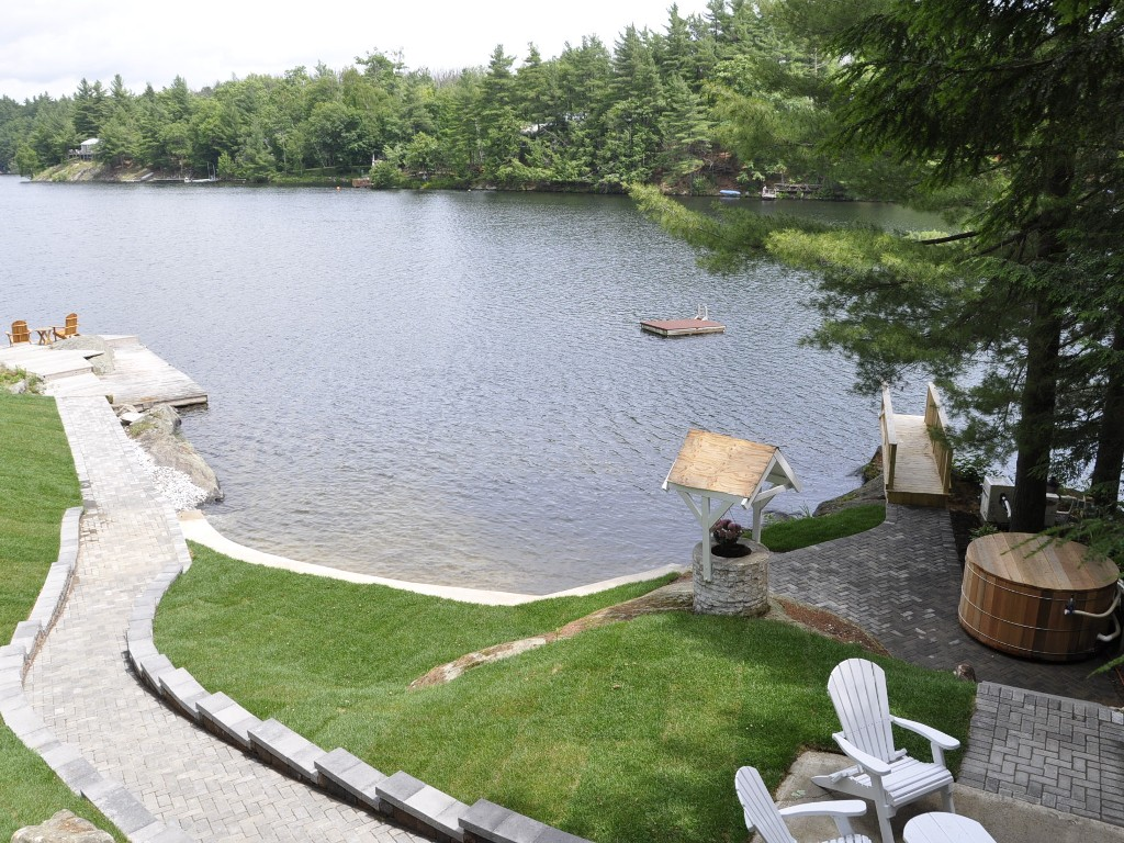 Beautiful Waterfront with Sandy Beach, Diving Deck, Raft and Cedar Hot Tub