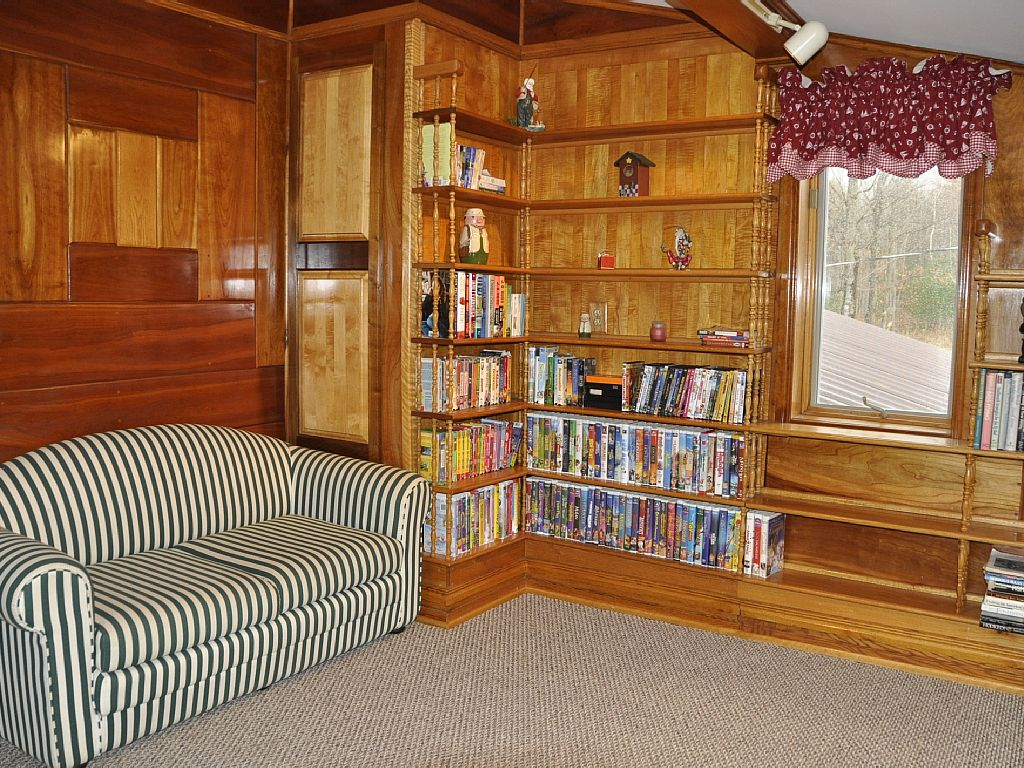 Second floor library with pull-out couch