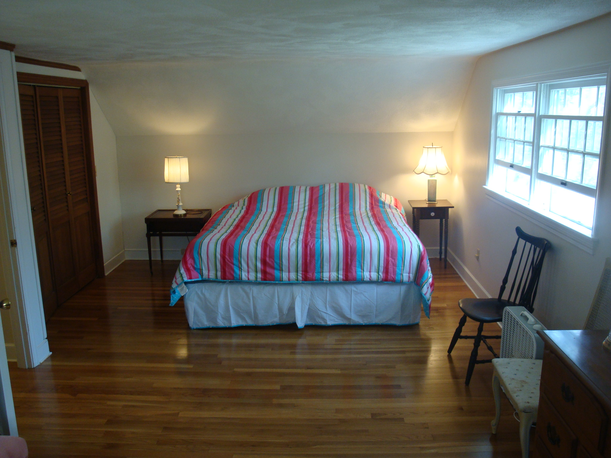 BR1, King bed, cable TV, 2nd floor. Hardwood