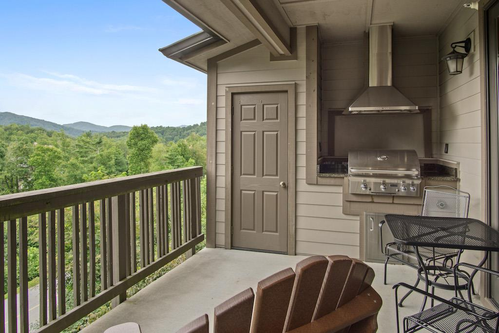 Outdoor Deck Area w/ Built In Gas Grill