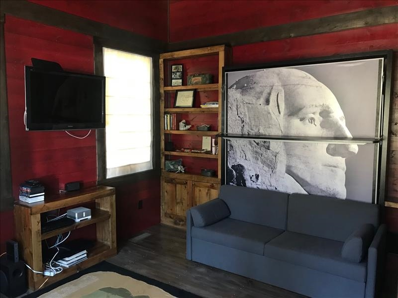 Bedroom with Murphy Bed- Mount Rushmore