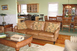 Spacious living and dining rooms, 9\\\' ceilings