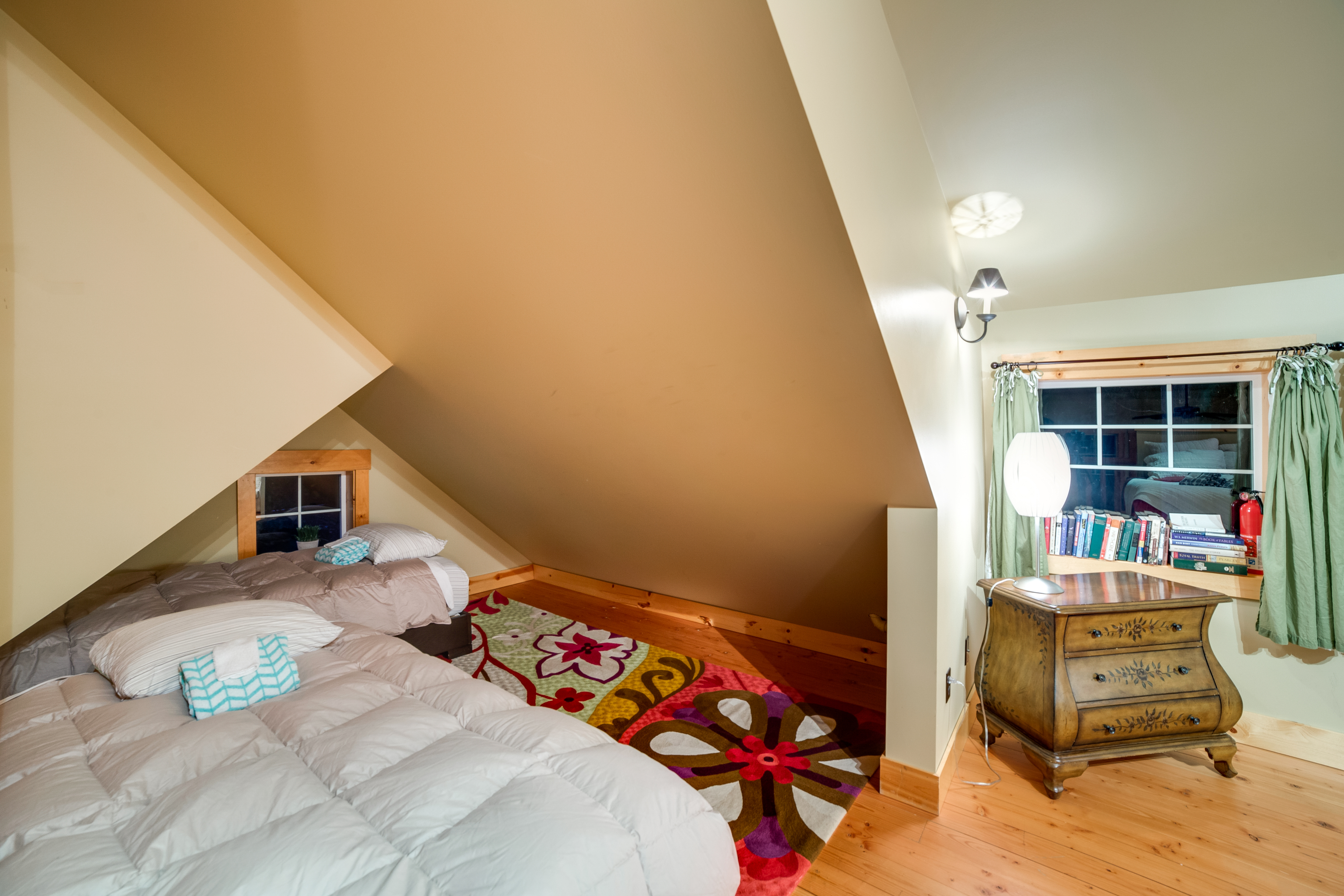 Loft area with 2 additional twin beds
