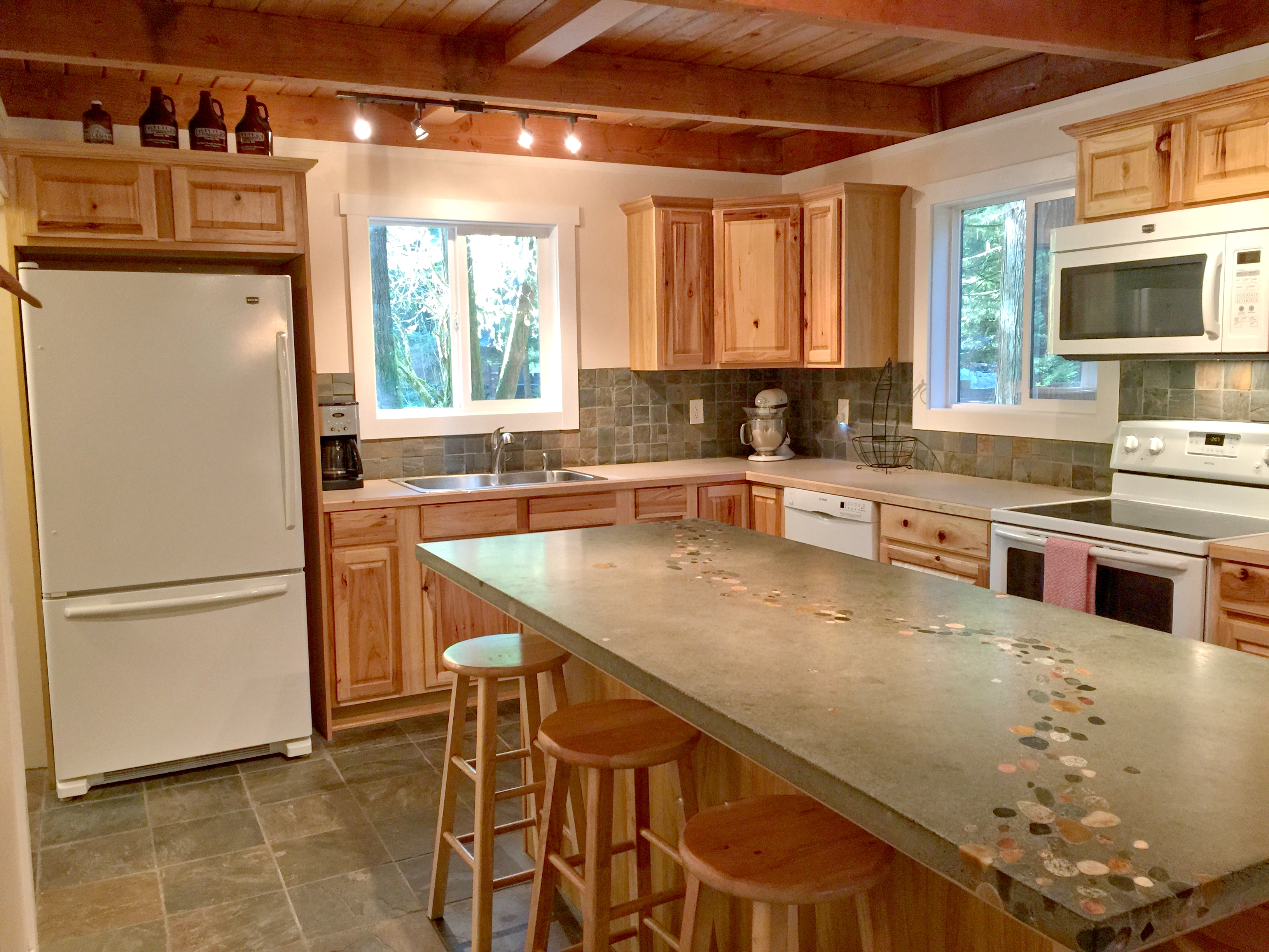 Spacious kitchen with beautifully designed counter/breakfast bar