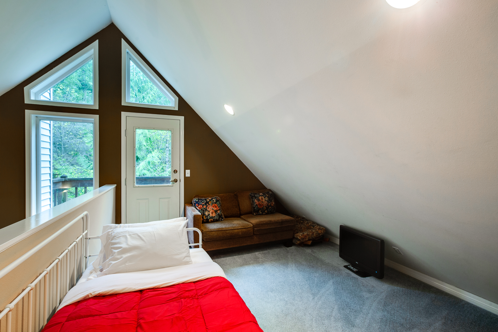 Upstairs loft with trundle bed
