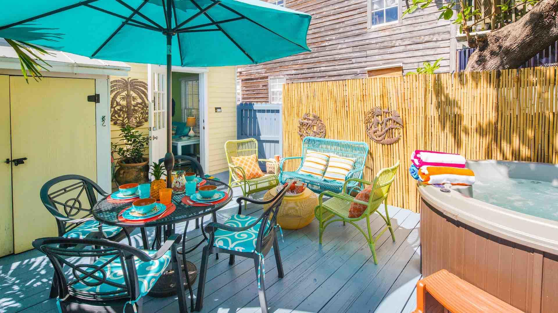 The Mellow Macaw is a tropical Old Town apartment with a spacious outdoor porch area...