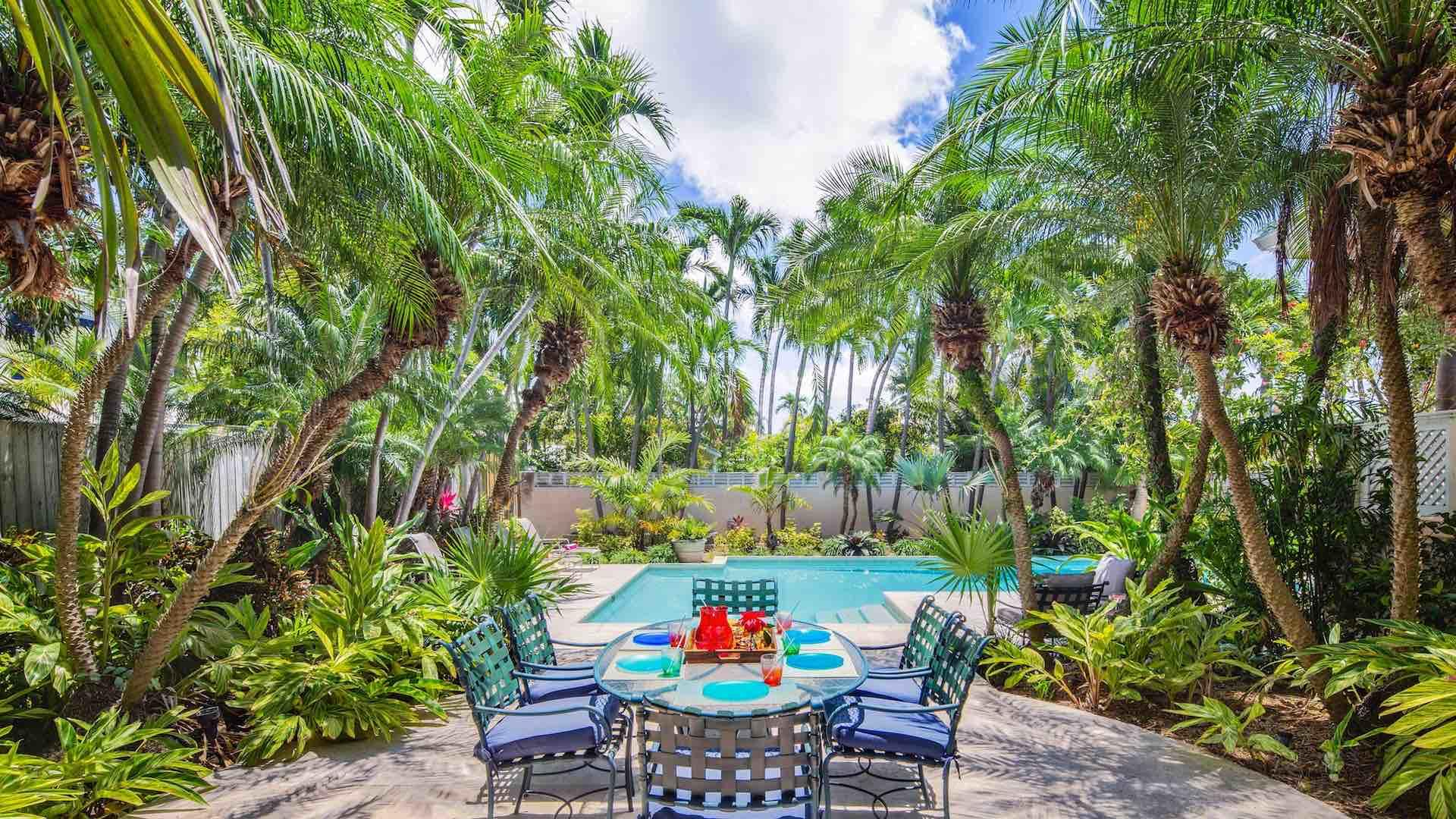 There is a second outdoor dining set near the pool, for the perfect pool party…