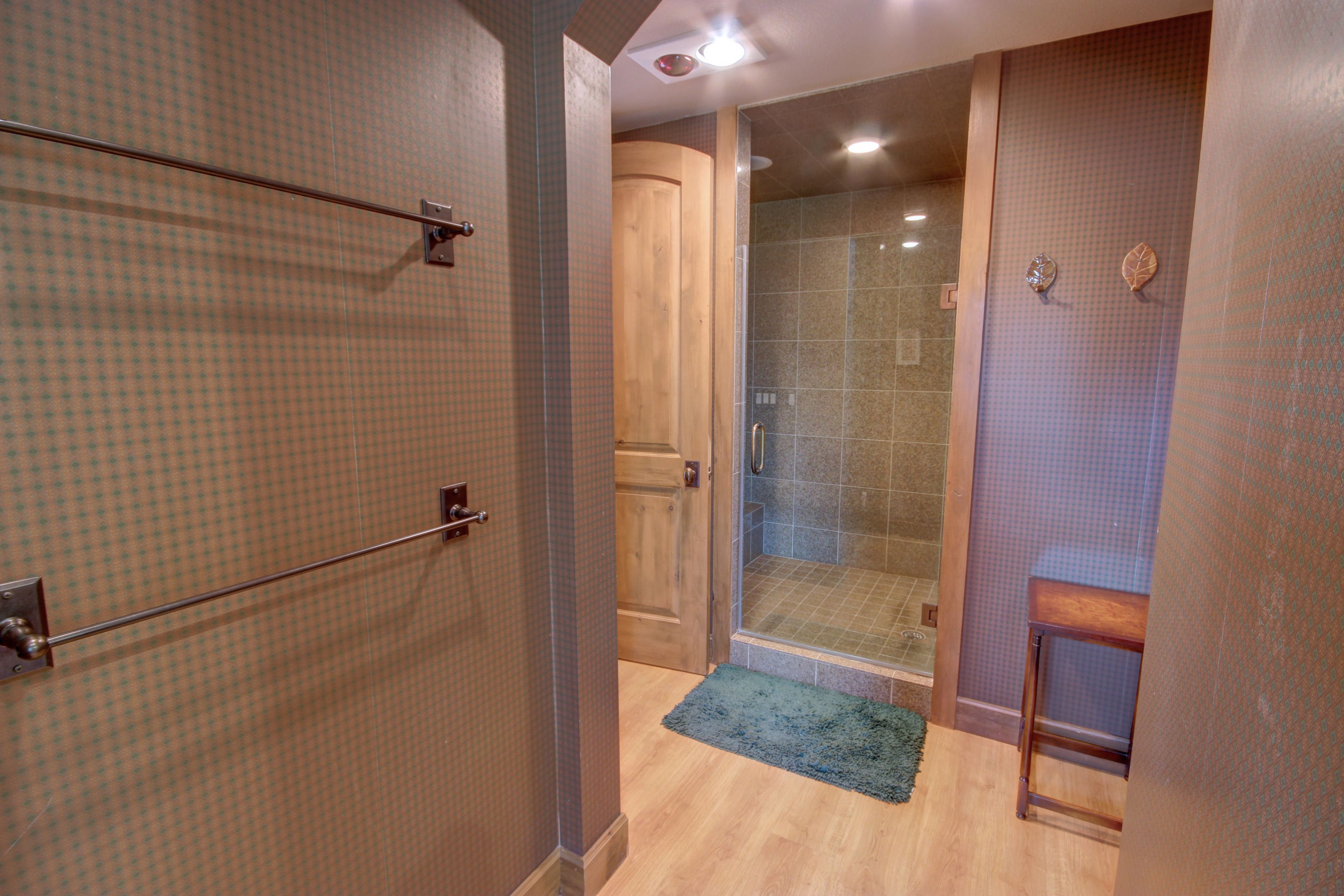 Bathroom with lots of space and colors