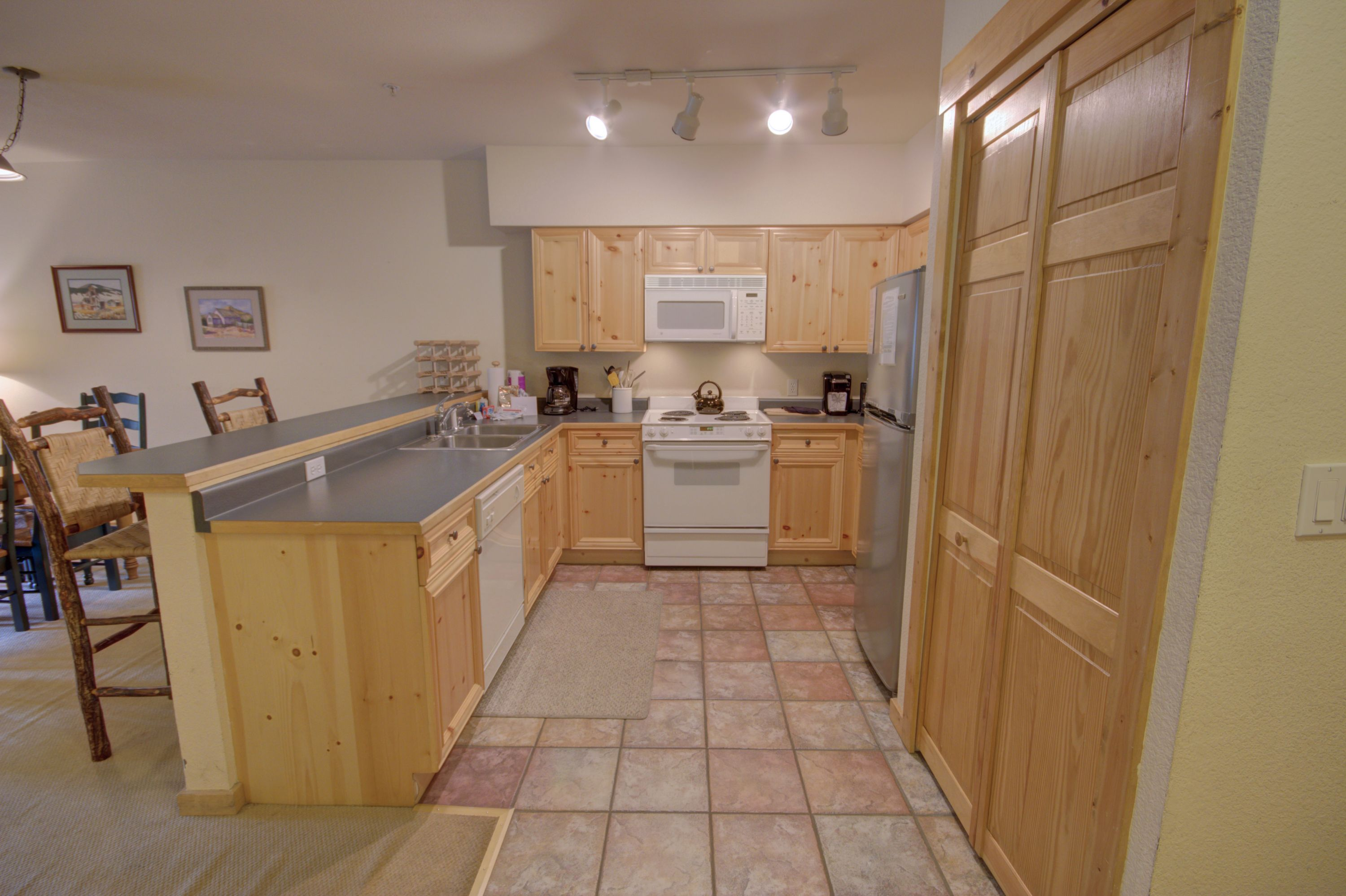 Nice open kitchen perfect for making you favorite foods