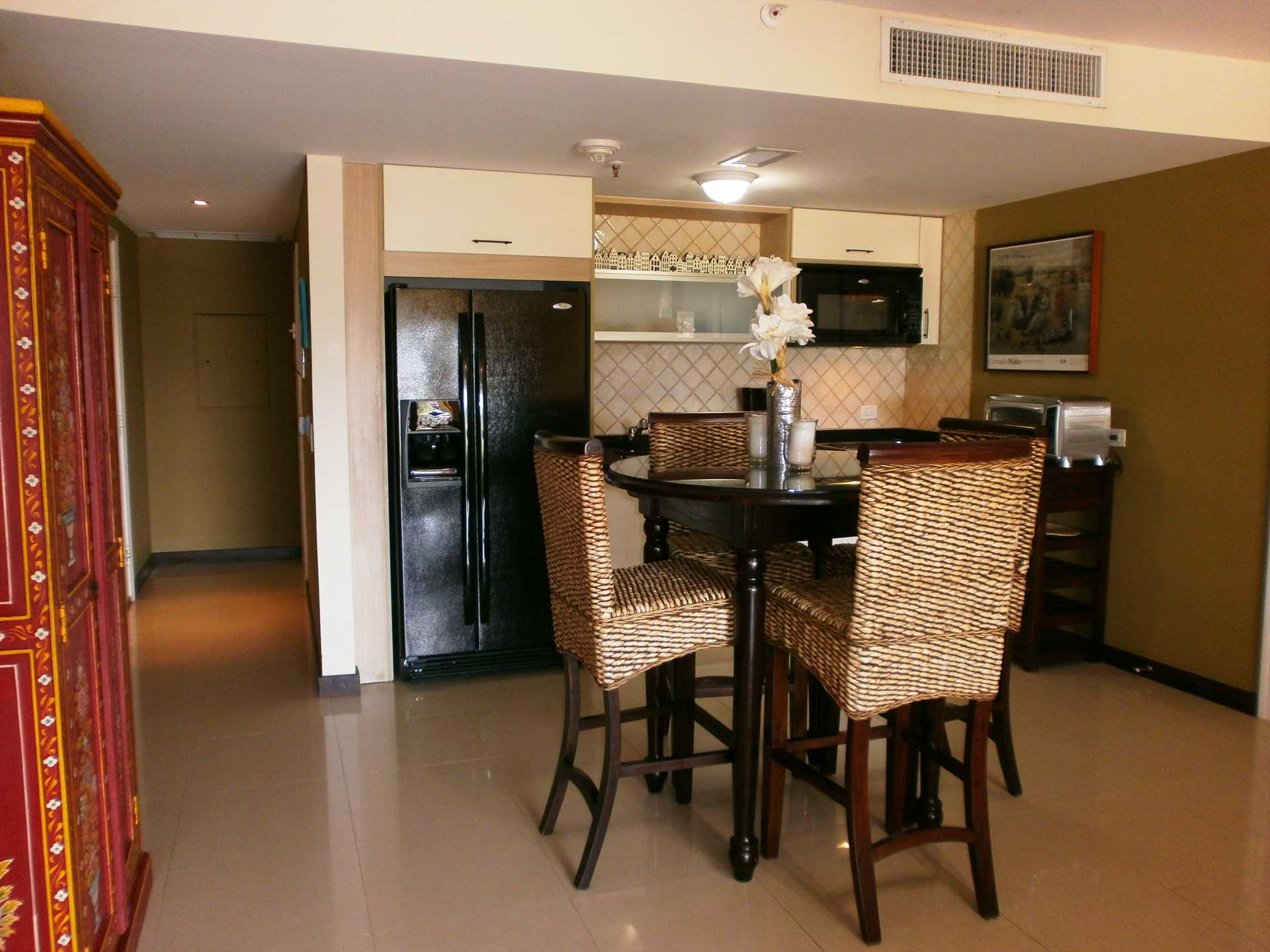 Fully equipped kitchenette and 4-seat dining table in the studio room