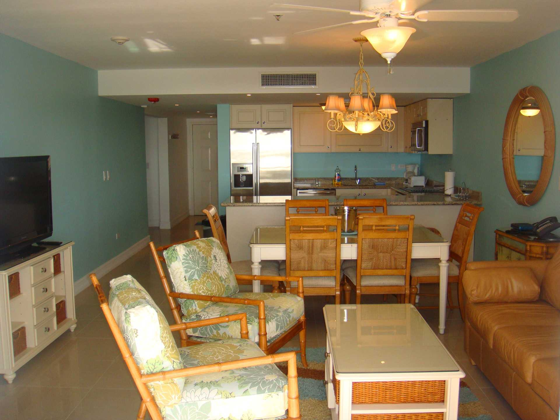 Spacious living/dining area with flatscreen HDTV!