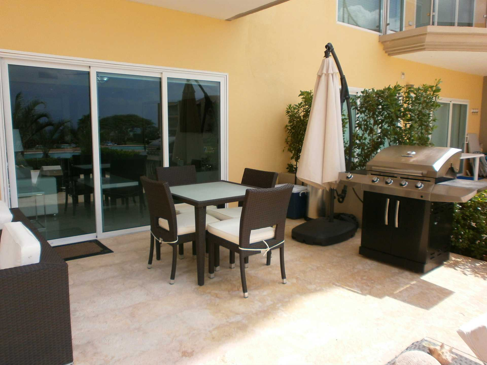 A 4-seat dining and a full-size (gas) BBQ grill!