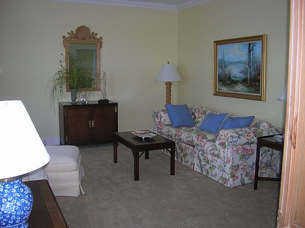Sitting room off of MBR