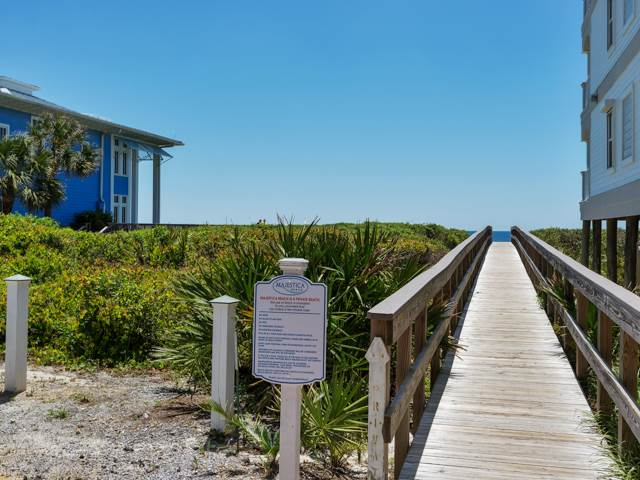 Beach house with gulf front view in walking distance from your beach house rental