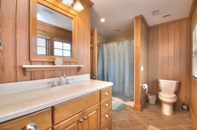 6622 Kings Lynn Dr Oak Island-small-047-44-Bathroom 4-666x442-72dpi
