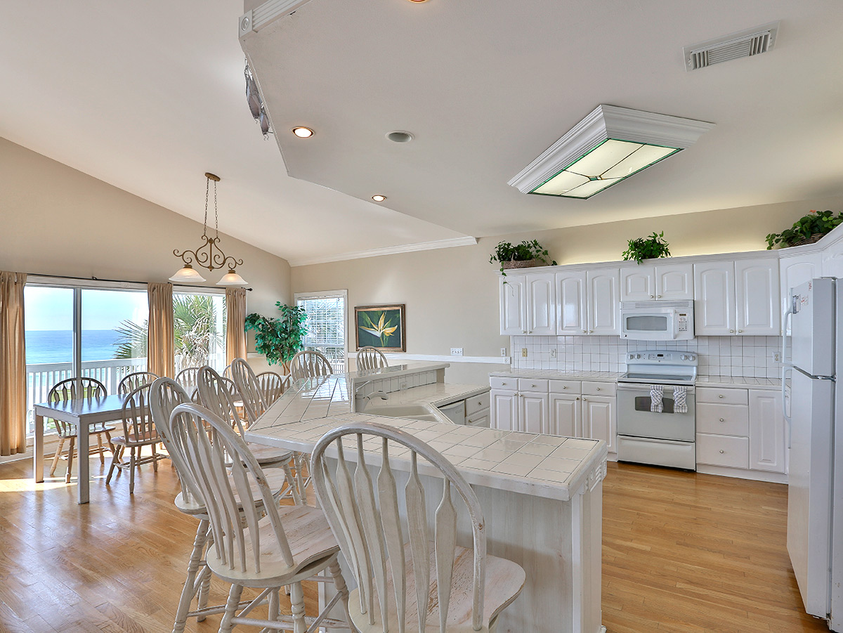 Kitchen - White Cabines with white appliances