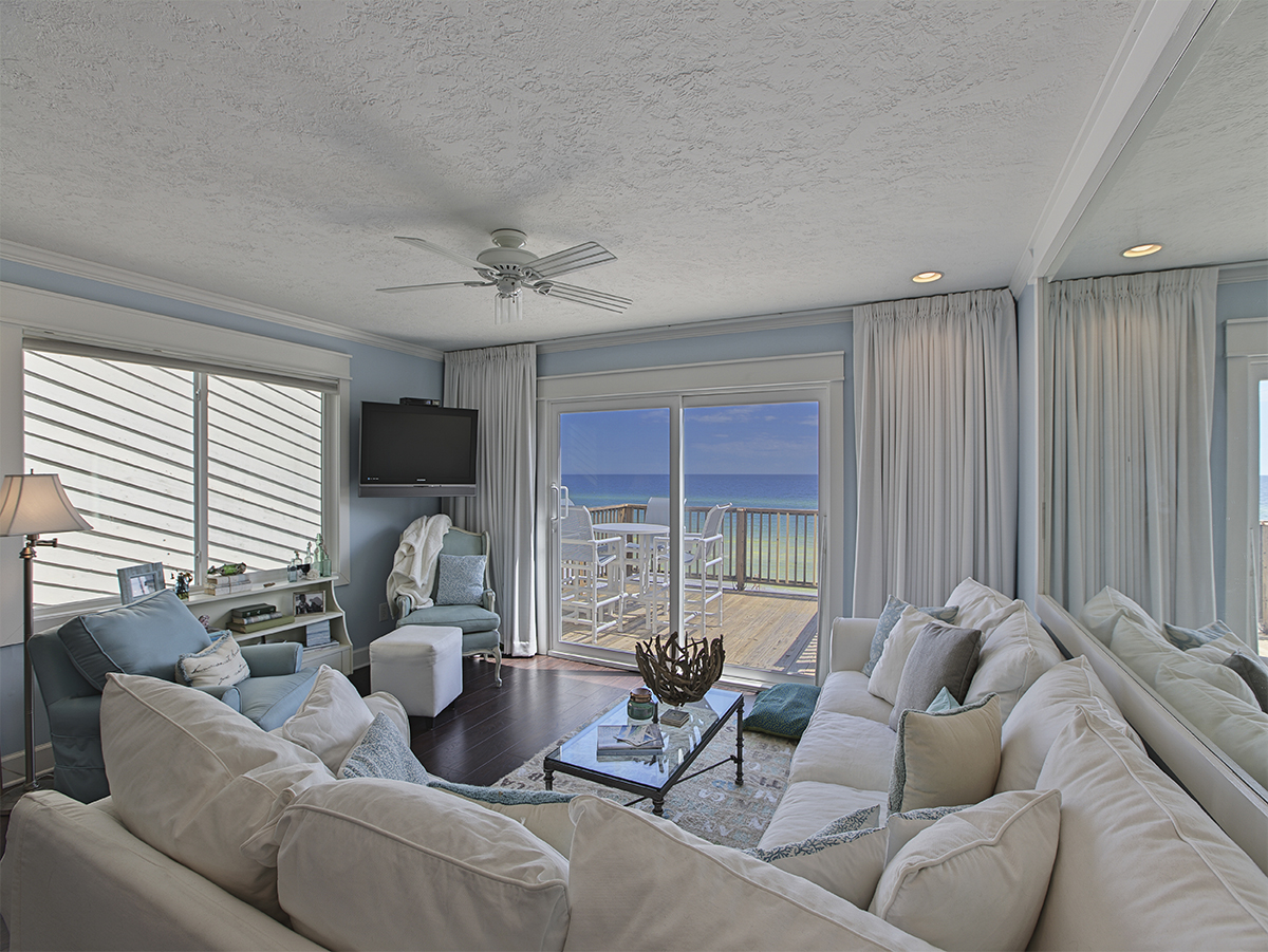 Living room with TV and Ocean view