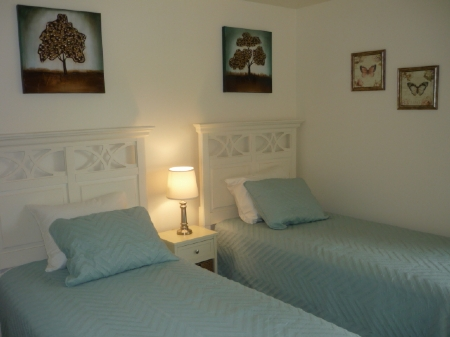 Guest room with twins bed set