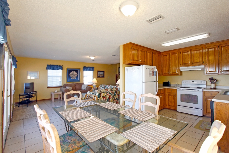 Dining for 6, convenient to the kitchen