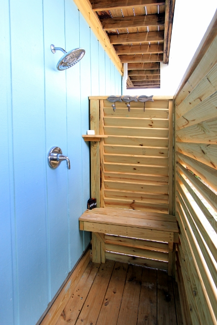 Great, fully enclosed outdoor shower