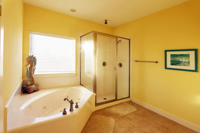 Large 3rd level master bath with garden tub
