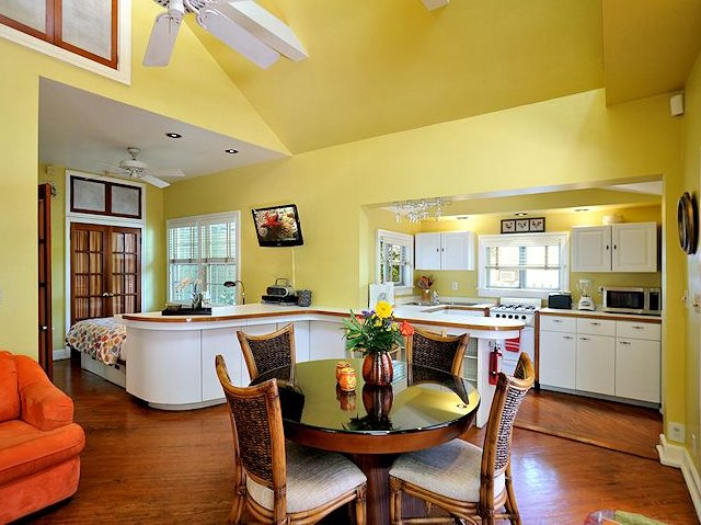 Great Room w/ Dining, Kitchen and Queen Bed